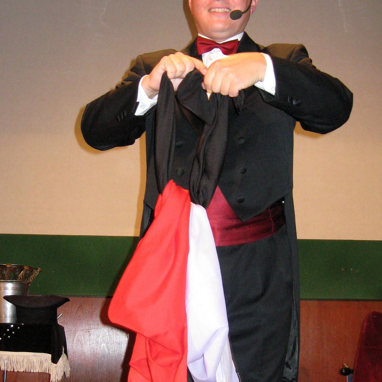 Kouzelník Grino - představení pro základní školu - záhadné uzly na šátcích