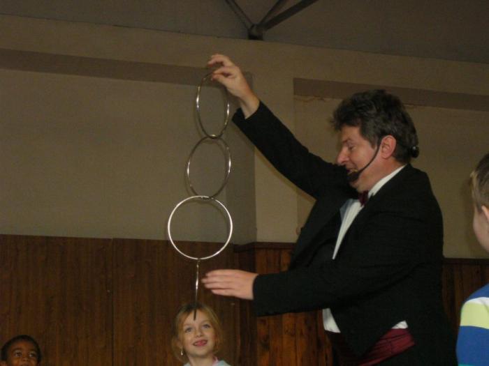 Kouzelník Grino čaruje s kruhy